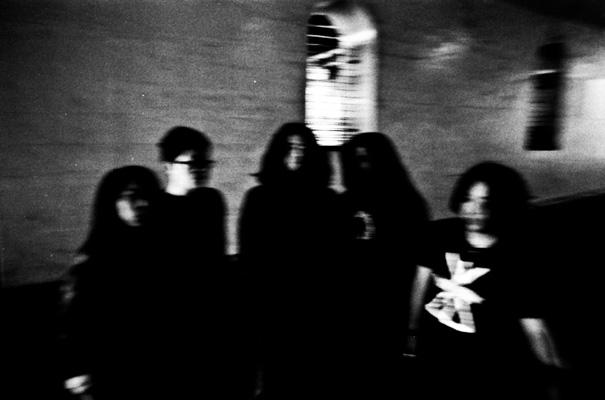 """int 024 b 001 - 新たな方向性を提示した""""Conspiracies""""EPをリリースした 東京拠点のスラッジ/ストーナー・バンドGUEVNNAインタビュー!"""